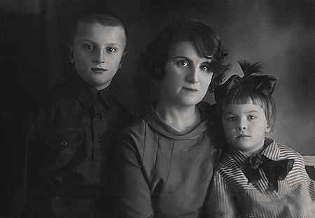 Жена Л. П. Николаева — проф. О. В. Недригайлова-Николаева с детьми Олегом и Еленой