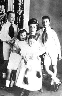 Елена Ивановна Набокова с детьми Сергеем, Ольгой, Еленой и Владимиром