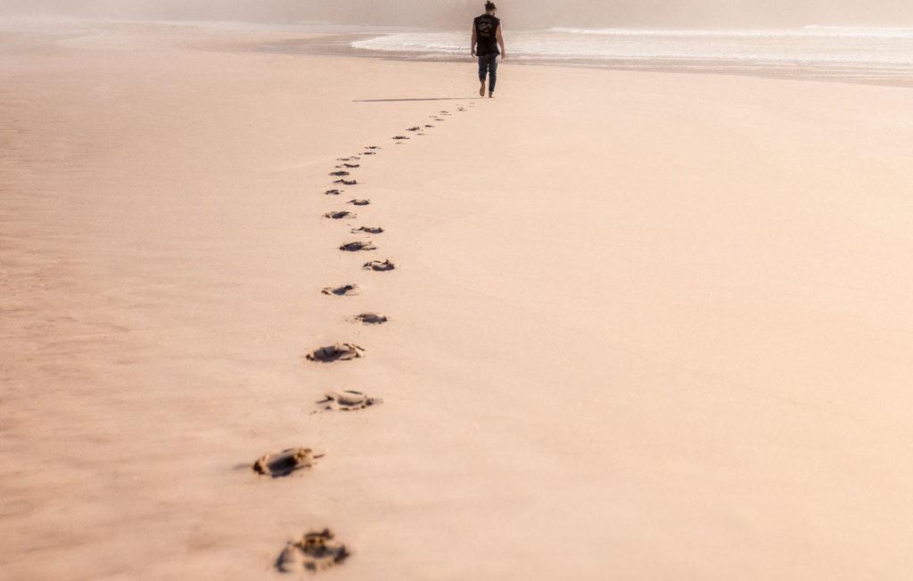 Худенькая кокетка прогуливается у моря